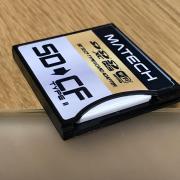 SDカードはやや凹んだ位置