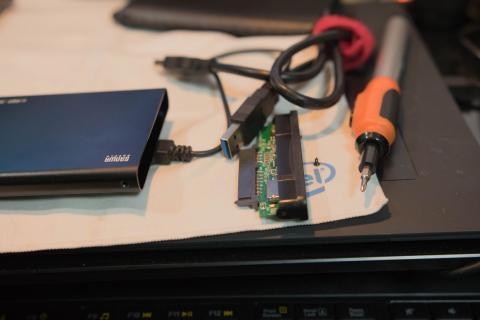 取り出し、挿入も大変。使用コードも電源供給用USBあり