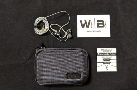 パッケージの詳細①.左上からイヤホン、Westoneのイヤホンのシリーズの説明書きの紙、ケース、Bluetoothケーブルの説明書。