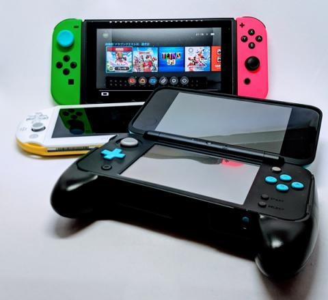 現在現役と言える機種。奥からNintendo Switch、Playstation VITA、Nintendo 3DS