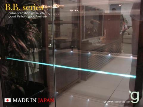 4枚あるガラスの棚板の奥に設置されたLEDが光ります。