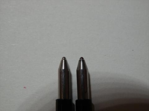 微妙に違うと言えば違うような、そうでもないような。ひっくり返した時に入れ違っていて、左が使用中の芯です。