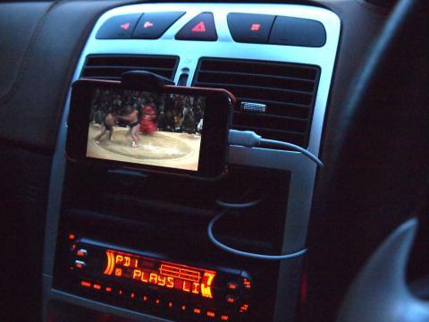 インダッシュトレイに固定した iPhone でカーナビ+テレビ
