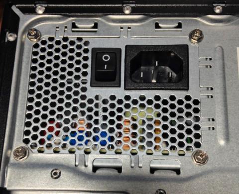 残念ながら電源はATX電源ではなくメーカー独自仕様のものの模様
