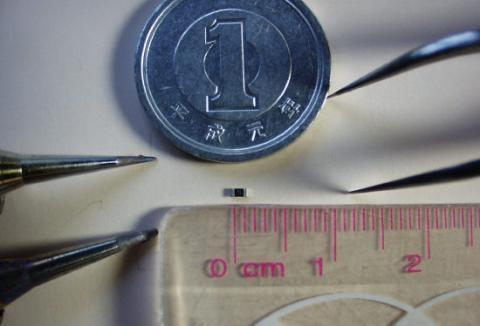 長さ1.6mm幅0.8mm、良くこんな小さなチップ抵抗を半田付けしたものです(笑)