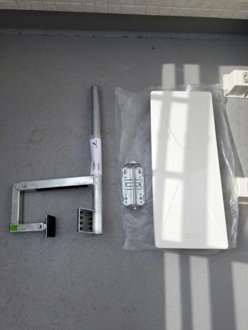 平面アンテナUH26BAと取付金具