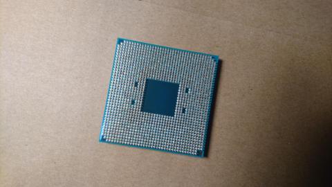そして裏側。CPUにピンがあるの何年ぶりに見ただろう。