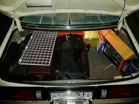 手前中央のキャリーバッグの奥には、250*350*110(mm)の箱が3つ長手方向に立てて入っている。