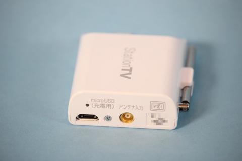 側面は充電用microUSBと、外部アンテナ端子