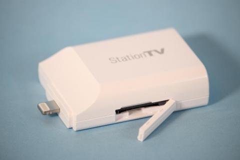 下面にはMotTV用のSIMカードスロットがある