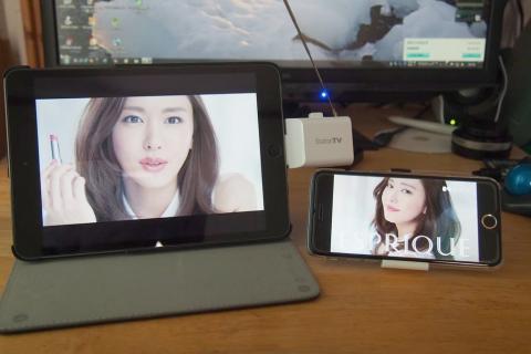 左(iPad mini)が本機、右(iPhone6)は
