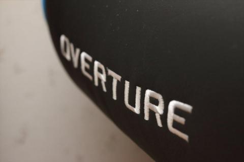座部には『OVERTURE』