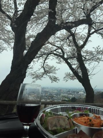桜とワイングラスとオードブル