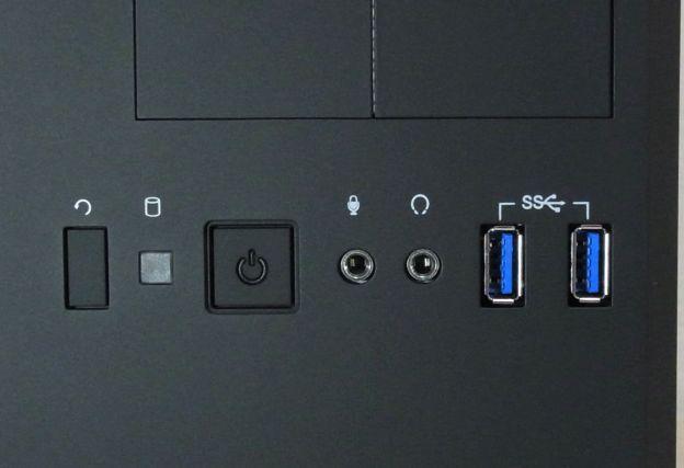 大きなケースのわりには前面USB3.0ポートは2つ。