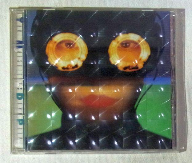 初回盤はレンズ様のブラ板が入ったつくり。