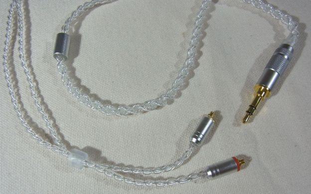 両端の金メッキ、コネクター/プラグのつや消し銀、透明感あるケーブルと樹脂部品