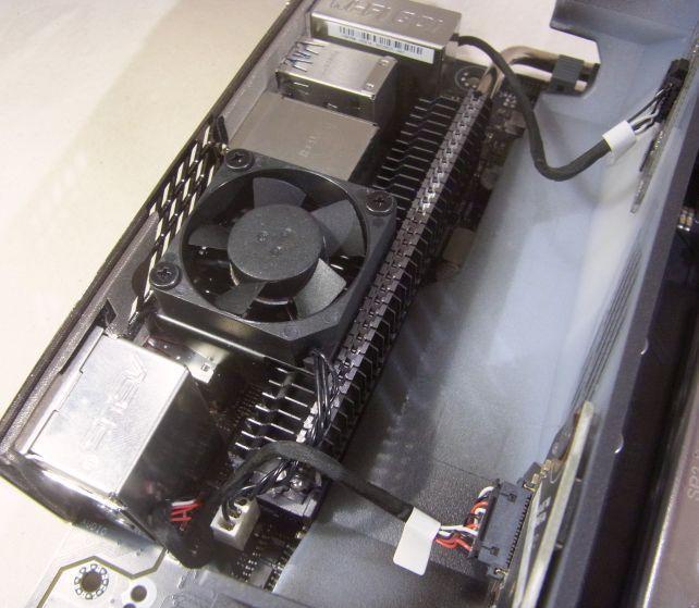VRM電源を冷やすファンがバックパネルカバーに隠されている。