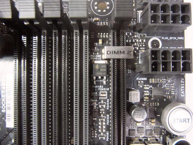 DIMM.2スロットはDDR3メモリ規格流用だが、誤挿入を防ぐ目的で一部端子のカバーがついている。