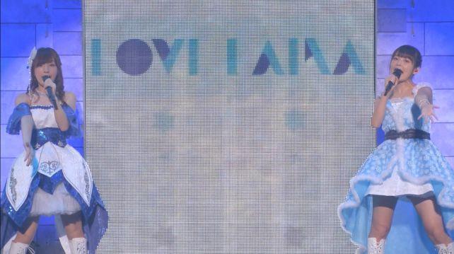 「LOVE LAIKA」の文字をバックに二人で歌っていたが...