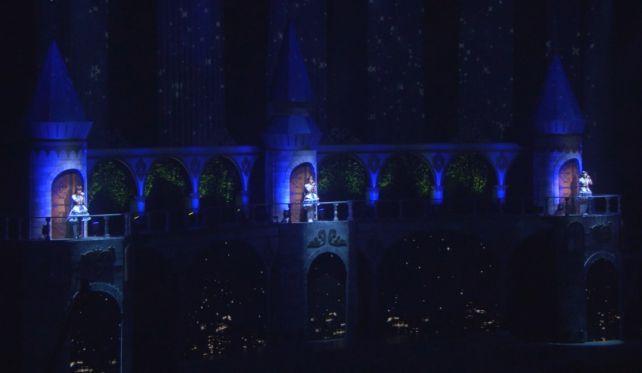 蒼い光に照らされて3つのお城の上で歌う3人は...尊い...