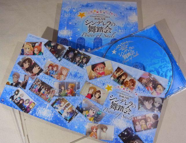 タイミング的にアニメのカットが多く挟まれた歌詞カード