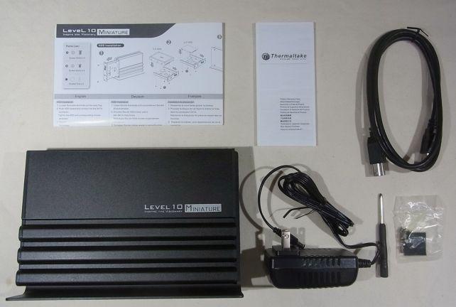 内容物は本体、ACアダプタ、固定ねじ類、USBケーブル、説明書類