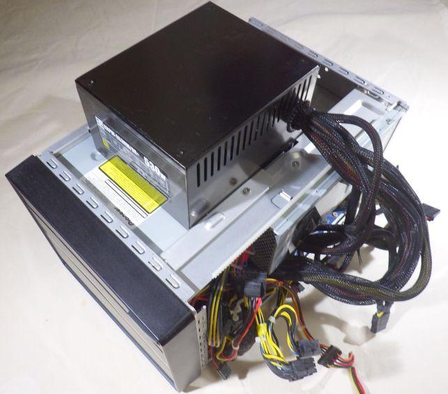 このカバー外して外部ATX電源から給電するスタイルを半年続けた