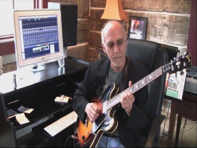 スタジオで録音済みトラックをバックに弾き、語るLarryの姿も