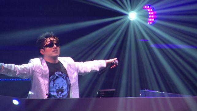 DJ MINORUは上着を羽織ってメガネを換えるだけだったので舞台上で間をつないだ