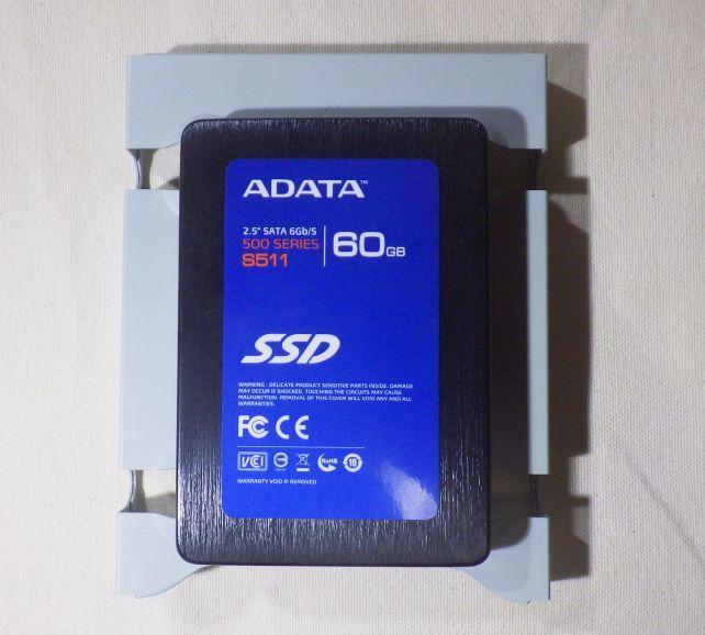 トレー上段のSSDを外すには下側の2.5インチHDDも外さなければならない