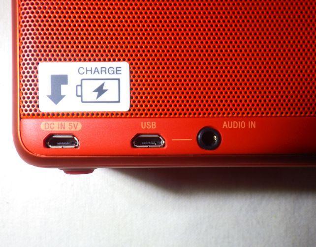 物理入力のUSBと3.5mmステレオは本体裏(端のは充電専用USB端子)