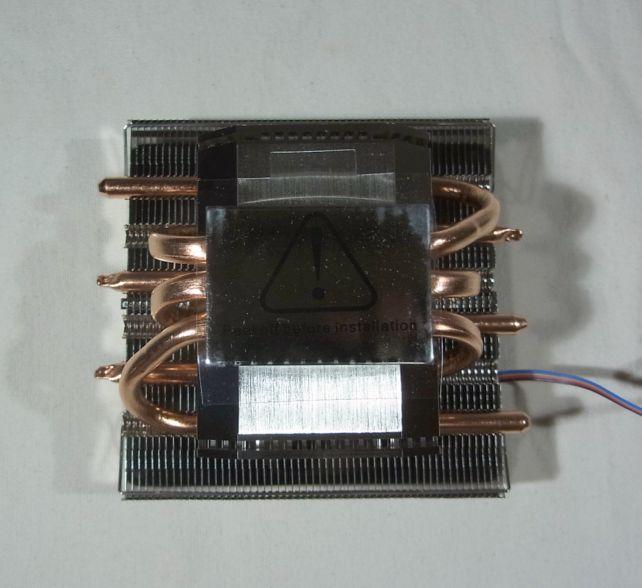 ベースを貫く3本の銅製ヒートパイプとで冷却性能を高めている