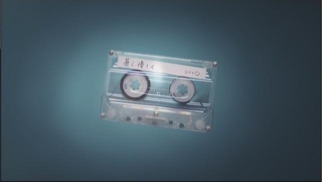 MVは上から落ちてくるカセットテープで始まる
