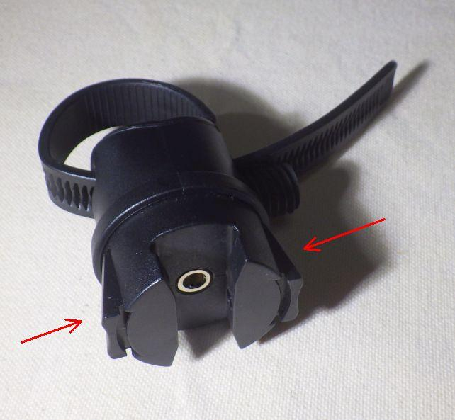 このホルダーを自転車本体につける。←部分を押すとロックが外せる。