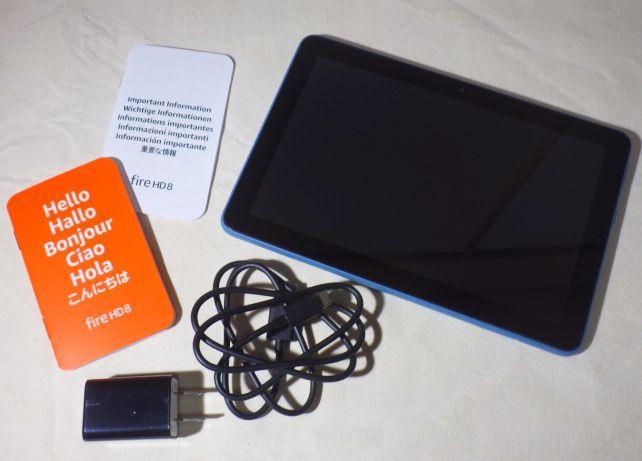 内容物は、本体、USB ACアダプタ(5V 1A) 、USBケーブル(1m) 、保証書、スタートガイド