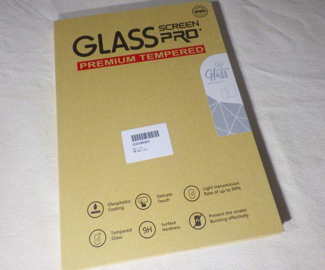 硬いガラスフィルムのため、硬い箱に入って届く