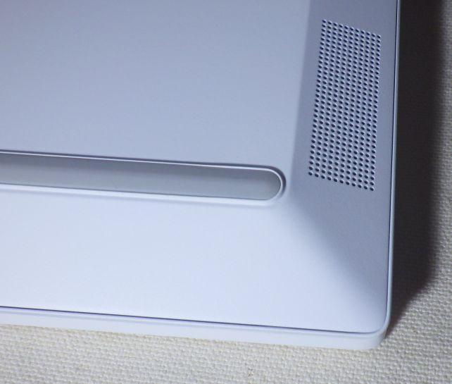 スピーカーはキーボード側の裏両端手前に位置