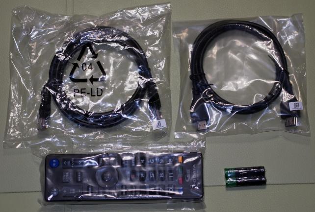 リモコン、電池、LANケーブル、HDMIケーブル。HDMIは金メッキ処理などはされてないです。