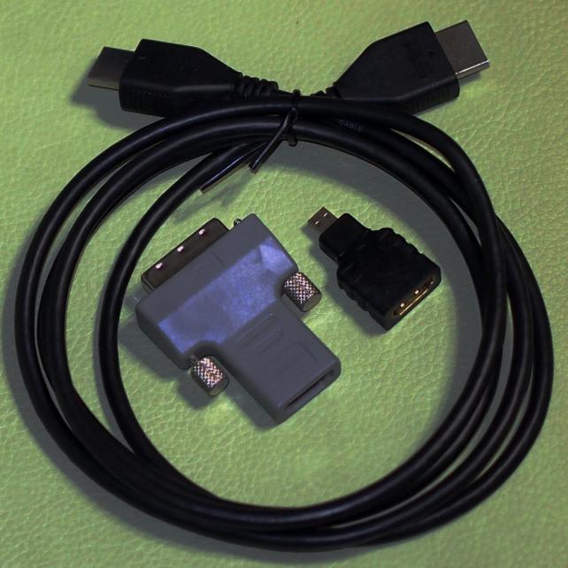 本体とモニターの接続に使用するケーブル①マイクロHDMIを標準サイズのHDMIに変換するコネクタ(黒)と標準サイズのHDMIをDVIに変換するコネクタ(灰色)