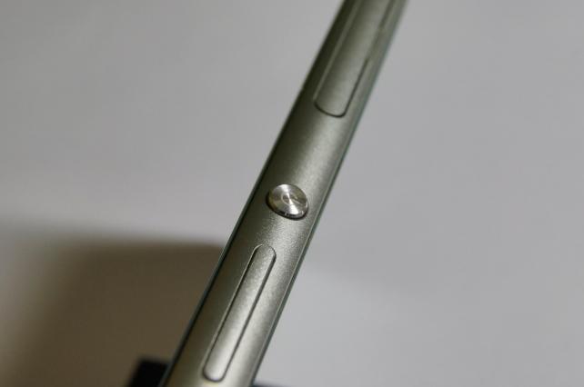 Xperia Zシリーズと言えばこの電源ボタン。Z3ではりんぐが無くなりボタンが大きくなったことで押しやすくなりました