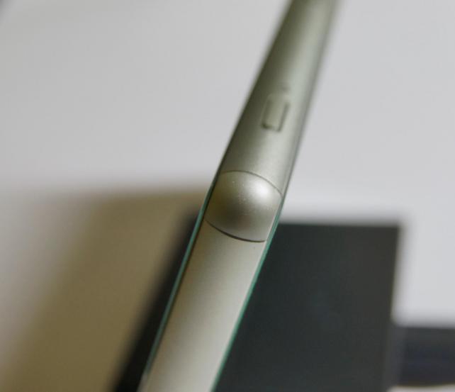 衝撃を受けやすい四隅は樹脂素材。塗装には気を使いアルミパウダーが入っているとか。