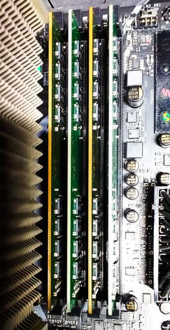 製造時期が違う為かメモリ基板断面の色が違いますw