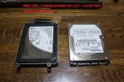 SSDを固定金具はめ込み、4本のネジで固定します