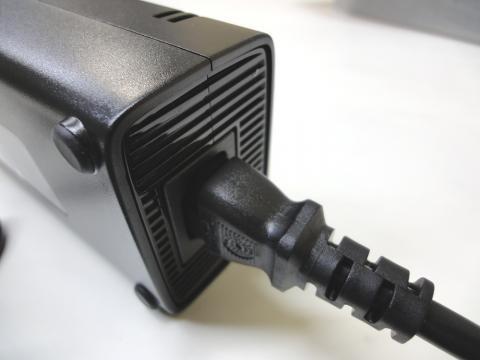 ACアダプタと電源ケーブルを繋ぎます。