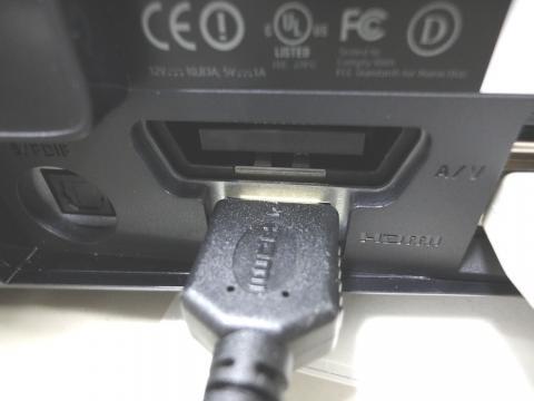 HDMIケーブルを本体に繋ぎます。