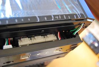 前面の上部には、USB2.0×4、温度メーター、ファンコントローラー、音声出力、HDD LED、リセットボタンが仕込まれている