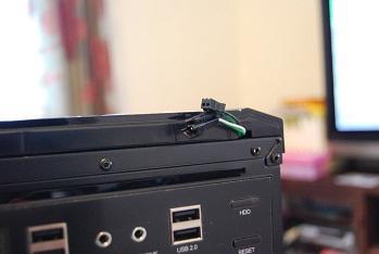 フロントパネルをはずすときの注意として、電源ボタンのコードを引きちぎらないようにすること