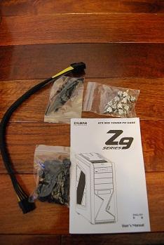 付属品として、取扱説明書、ビスの入った袋×3、8ピン電源延長ケーブルが入っています