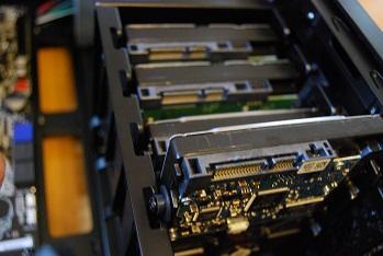 全部で5台のHDDを設置できます。スライドインします