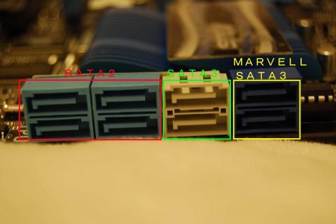 SATAの差込口。右からMarvellのSATA3。ここには起動ディスクはつないでも起動しないので注意が必要。続いて白いところがSATA3となり、左の水色2つ×2がSATA2となる。